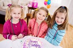 生日:小女孩准备好生日蛋糕 免版税库存照片