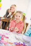 生日:有党垫铁的生日快乐女孩 免版税库存图片