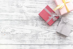 生日贺卡和被包裹的礼物在灰色木桌面看法copyspace 免版税库存照片