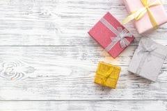 生日贺卡和被包裹的礼物在灰色木桌面看法copyspace 库存照片