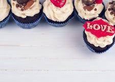 生日贺卡愉快杯形蛋糕的问候 杯形蛋糕为华伦泰` s天 与hea的杯形蛋糕 免版税库存图片