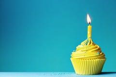 生日贺卡愉快杯形蛋糕的问候 图库摄影