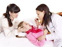 医生有听诊器的检查孩子。 库存图片
