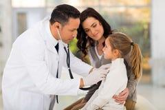 医生检查的女孩 免版税库存图片