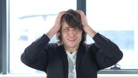 生气人在失败以后在他的办公室 免版税库存图片