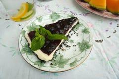 生气勃勃可口蓝莓乳酪蛋糕片断是甜被烘烤的面包店点心 库存图片