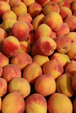 生气勃勃甜红色和黄色桃子 图库摄影