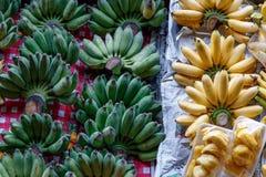 生气勃勃香蕉和波罗蜜在小船在浮动市场上 免版税库存照片