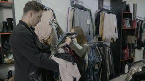 生气失望的未婚妻投入衣裳回到他们的地方在精品店,在未婚夫拒绝支付他们-后 股票录像