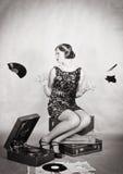 生气女孩驱散残破的唱片碎片  库存照片