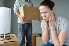 生气妇女,当她的伙伴是时从家搬出 库存图片