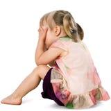 生气孩子掩藏的面孔用手。 库存图片