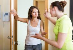 生气的女孩参观的邻居 免版税图库摄影