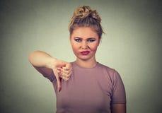 生气的恼怒的被烦死的妇女使给拇指困恼下来打手势 库存图片