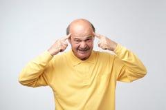 生气的成熟秃头人对掉头发不满意 库存照片