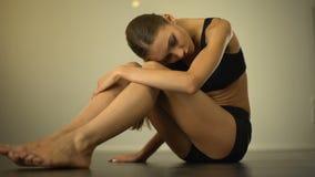 生气皮包骨头的女孩坐地板,遭受营养不良,恶心 股票视频