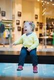 失去的女孩坐在购物中心的长凳 图库摄影