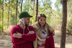 生活北欧海盗- `北欧海盗摆在为摄影师的村庄`的每年重建的成员在森林里在本附近 库存照片