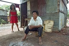 生活在贫困中的夫妇在巴拉圭贫民窟 免版税库存照片