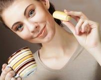 生活方式、人和食物概念:少妇用咖啡和曲奇饼 免版税图库摄影