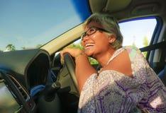生活方式中部夏天画象变老了驾驶左手汽车微笑的愉快和可爱的优等的亚裔印度尼西亚妇女快乐 库存图片