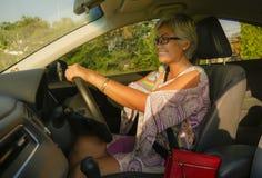 生活方式中部夏天画象变老了驾驶左手汽车微笑的愉快和可爱的优等的亚裔印度尼西亚妇女快乐 免版税库存照片