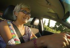 生活方式中部夏天画象变老了驾驶左手汽车微笑的愉快和可爱的优等的亚裔印度尼西亚妇女快乐 免版税图库摄影