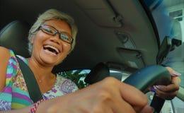 生活方式中部夏天画象变老了驾驶左手汽车微笑的愉快和可爱的优等的亚裔印度尼西亚妇女快乐 免版税库存图片