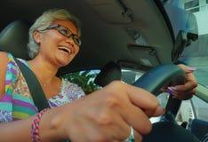生活方式中部夏天画象变老了驾驶左手汽车微笑的愉快和可爱的优等的亚裔印度尼西亚妇女快乐 图库摄影