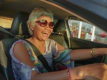 生活方式中部夏天画象变老了驾驶左手汽车微笑的愉快和可爱的优等的亚裔印度尼西亚妇女快乐 库存照片
