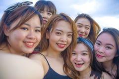生活方式亚裔韩国和中国妇女,采取selfie的小组海滩画象愉快的美丽的年轻女朋友生动描述toget 免版税库存照片