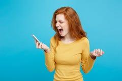 生活方式和技术概念-姜红色头发女孩画象呼喊在电话的 隔绝在蓝色柔和的淡色彩 免版税库存图片