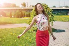 生活方式概念-享用夏天outdoo的美丽的愉快的妇女 免版税库存照片