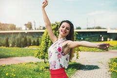 生活方式概念-享用夏天outdoo的美丽的愉快的妇女 库存照片