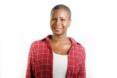生活方式隔绝了年轻可爱和新鲜的凉快的黑人美国黑人的妇女画象偶然衬衣微笑的正面的在愉快 免版税库存照片