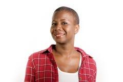 生活方式隔绝了年轻可爱和新鲜的凉快的黑人美国黑人的妇女画象偶然衬衣微笑的正面的在愉快 图库摄影
