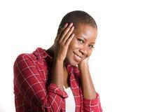 生活方式隔绝了年轻可爱和新鲜的凉快的黑人非裔美国人的妇女画象偶然衬衣微笑的正面的在ha 免版税库存图片