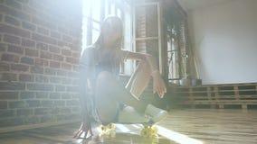 生活方式 一个可爱的白肤金发的青少年的女孩的画象牛仔布总体的有长的头发的坐滑板 股票录像