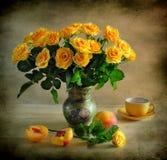 生活玫瑰仍然染黄 免版税库存照片