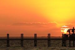 生活美好-在水的日落 免版税库存照片