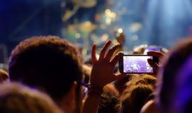 生活音乐会的年轻观众 免版税库存照片