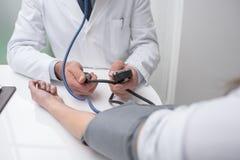 医生测量的压力 图库摄影