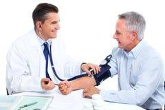 医生测量的血压。 库存照片