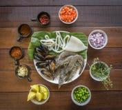 生海鲜顶上的射击在板材,健康食物,大虾,蛤蜊的 库存图片