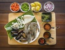 生海鲜顶上的射击在板材,健康食物,大虾,蛤蜊的 免版税库存照片