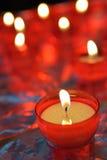 生火蜡烛在天主教会里 免版税图库摄影