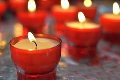 生火蜡烛在天主教会里 库存图片