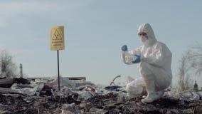 生物危险,妇女科学家生态学家采取垃圾的样品的一致和防护手套的从大 影视素材