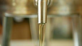 生物向日葵油有机质量,倾吐在钢桶,冷的食物和油煎的粮食的,健康烹调,金子 影视素材