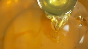 生物向日葵油有机质量,混合和倾吐在钢桶,冷的食物和油煎的粮食的,健康 影视素材
